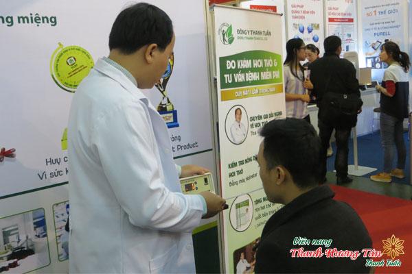 Lương Y Thanh Tuấn đo nồng độ hơi thở cho bệnh nhân