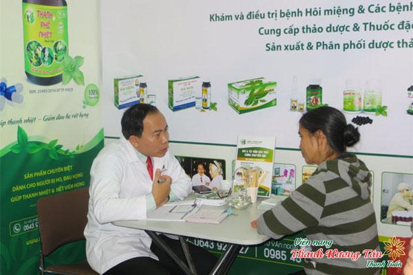 Lương Y Thanh Tuấn thăm khám bệnh nhân hôi miệng