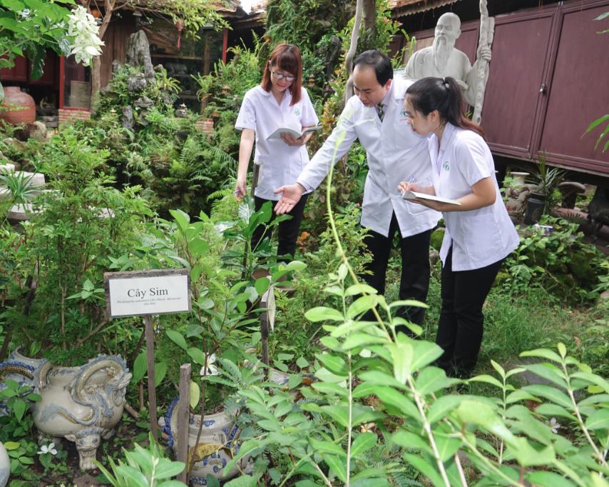 Thầy thuốc Nguyễn Thanh Tuấn cùng đội ngũ khảo sát vườn thuốc