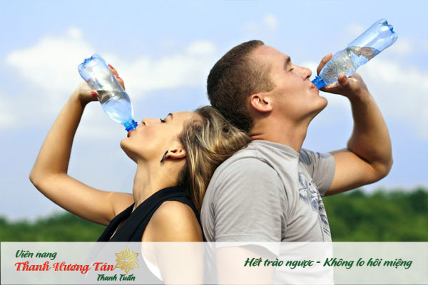 Uống nhiều nước để tránh khô miệng gây hơi thở hôi
