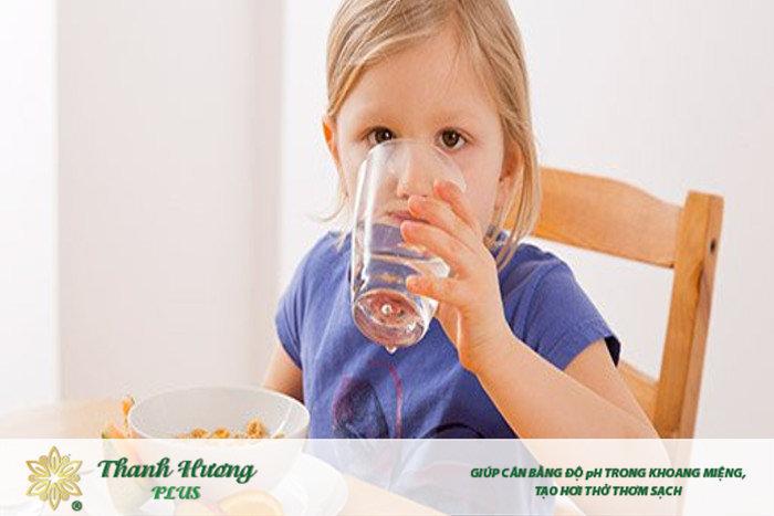 uống nước lọc phòng ngừa hôi miệng