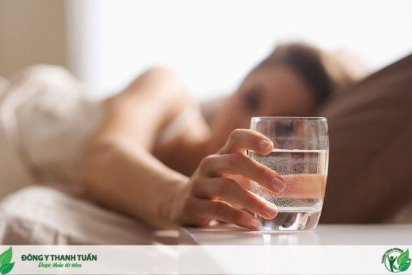 uống nước giảm khô miệng