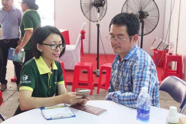 Đội ngũ Tư vấn Đông y Thanh Tuấn hướng dẫn người cao tuổi sử dụng ứng dụng Thanh Tuấn Herbal