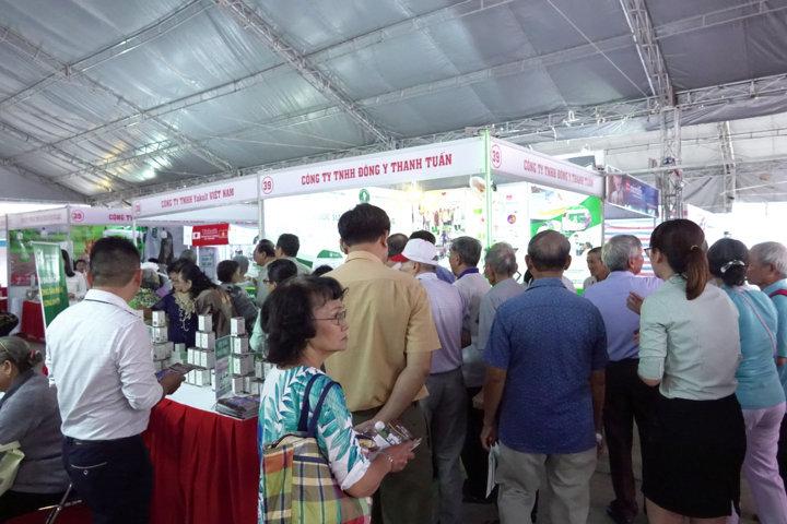 Đông đảo người tham quan quan tâm gian hàng 39 - 53 Đông y Thanh Tuấn