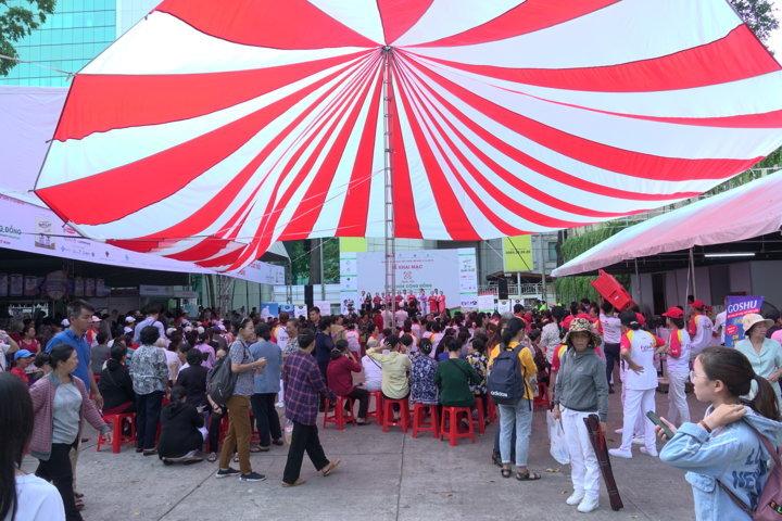 Đông đao người dân đến tham gia Ngày hội sức khỏe