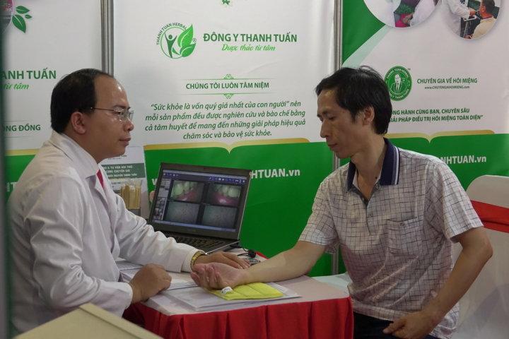 Thầy thuốc Nguyễn Thanh Tuấn thăm khám bệnh cho người tham quan