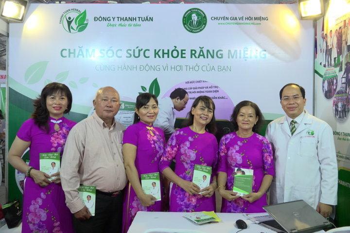 Thầy thuốc Nguyễn Thanh Tuấn tặng sách cho người dân tham quan gian hàng
