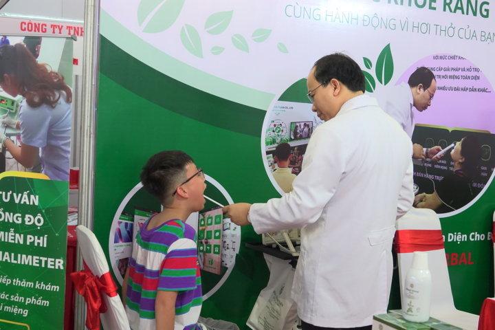 Trẻ em được Thầy thuốc Nguyễn Thanh Tuấn đo nồng độ hơi thở