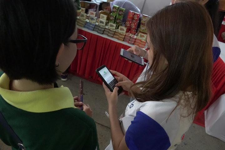 Các bạn trẻ tham gia Ngày hội được giới thiệu Ứng dụng Thanh Tuấn Herbal
