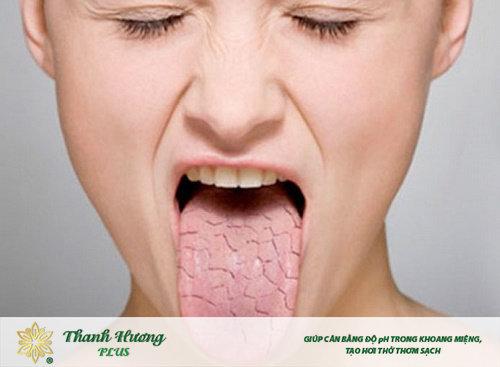 khô miệng gây đắng cổ họng