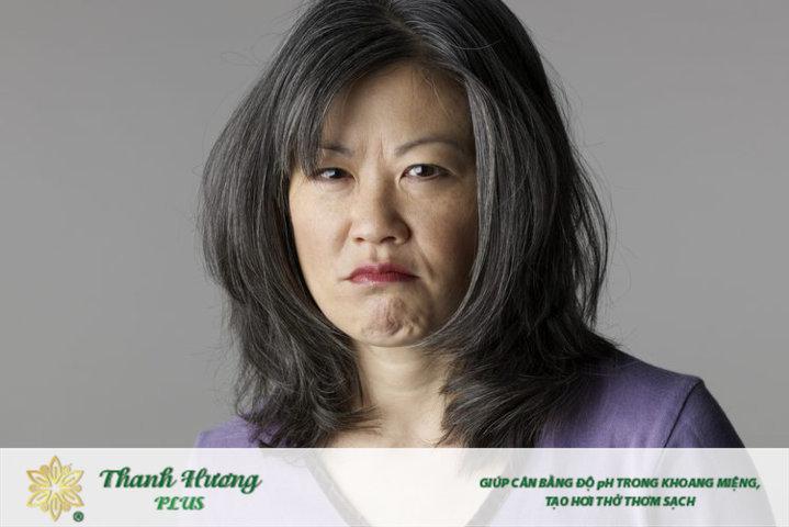 phụ nữ mãn kinh hay bị đắng cổ họng