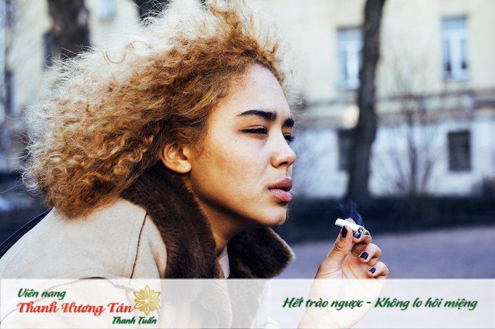 Hơi khí của thuốc lá có thể bị mắc kẹt ở thanh quản khiến bạn bị ợ hơi buồn nôn