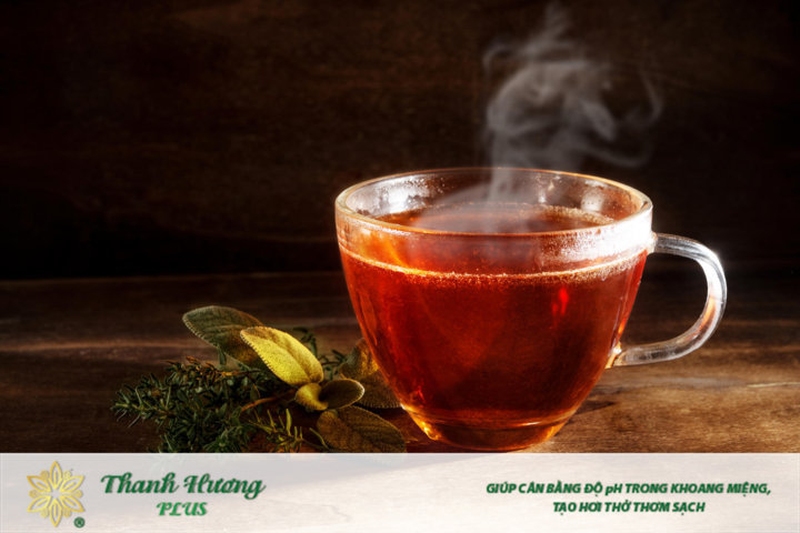 Uống trà hoặc nước ép trái cây giúp giảm nóng cổ họng hiệu quả