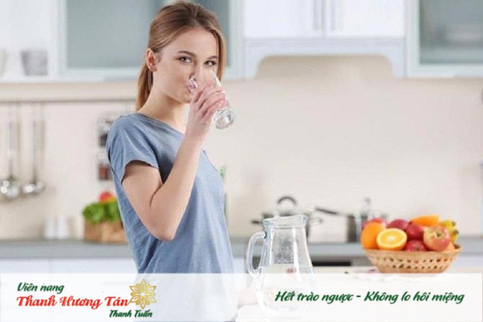 Uống nước đầy đủ hàng ngày giúp giảm tình trạng miệng đắng