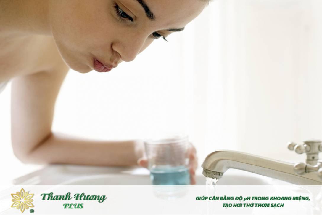 Súc miệng bằng nước muối đúng cách tương tự như với các loại nước súc miệng khác