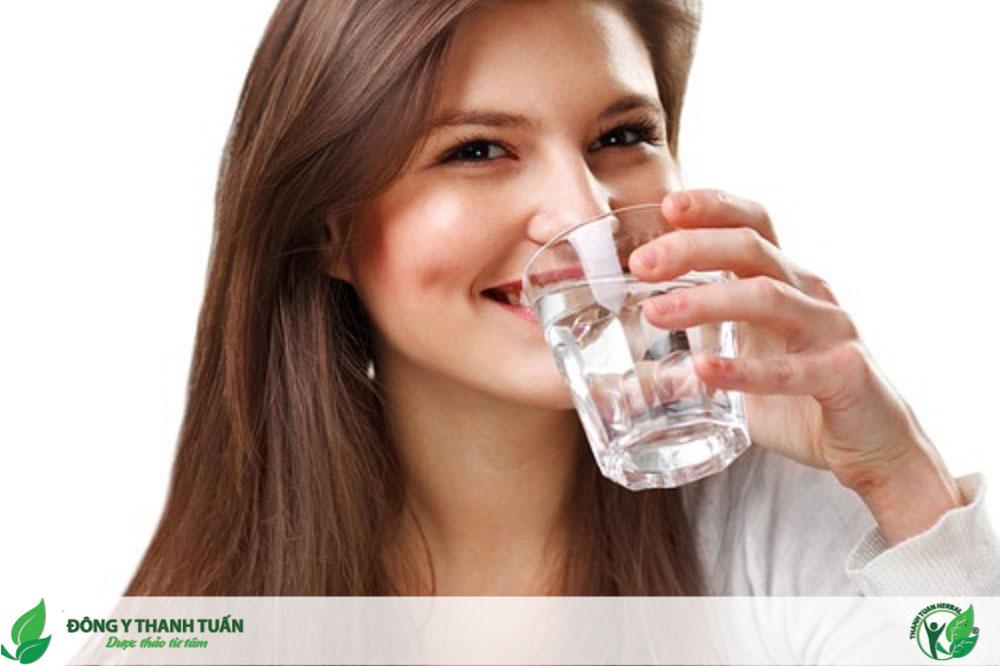 Uống đủ nước mỗi ngày giúp cuốn bay đắng miệng, hôi miệng