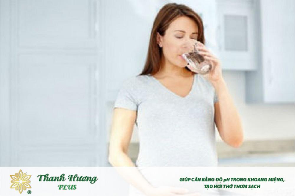 Uống nước đầy đủ giúp mẹ bầu cải thiện tình trạng đắng miệng hiệu quả