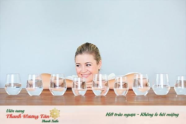 Uống nhiều nước để trị bệnh hôi miệng