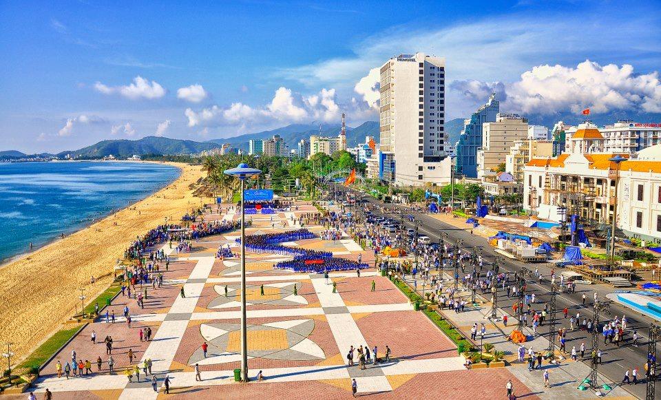 Không chỉ lộng lẫy về cảnh sắc, Tp. Nha Trang còn hấp dẫn bởi khí hậu ấm áp và những làn gió biển trong lành